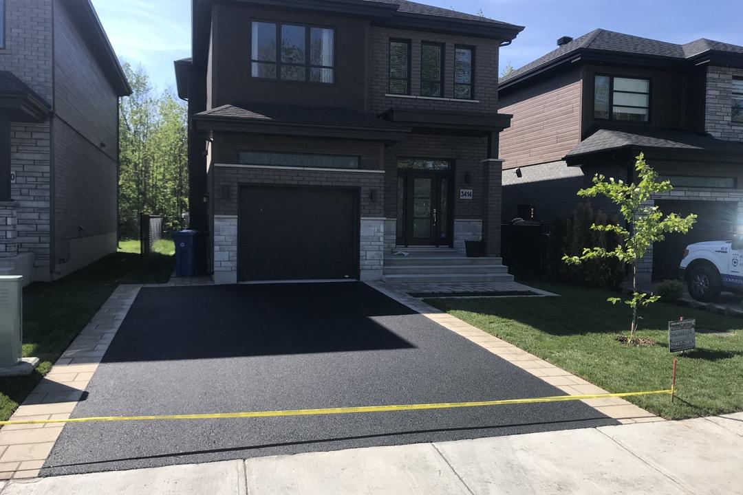 entree-pavage-garage-et-maison-asphalte