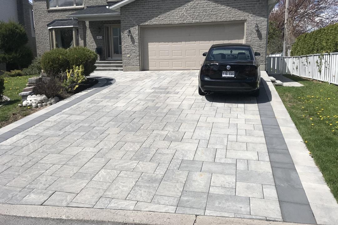 grande-entree-pavage-garage-et-maison