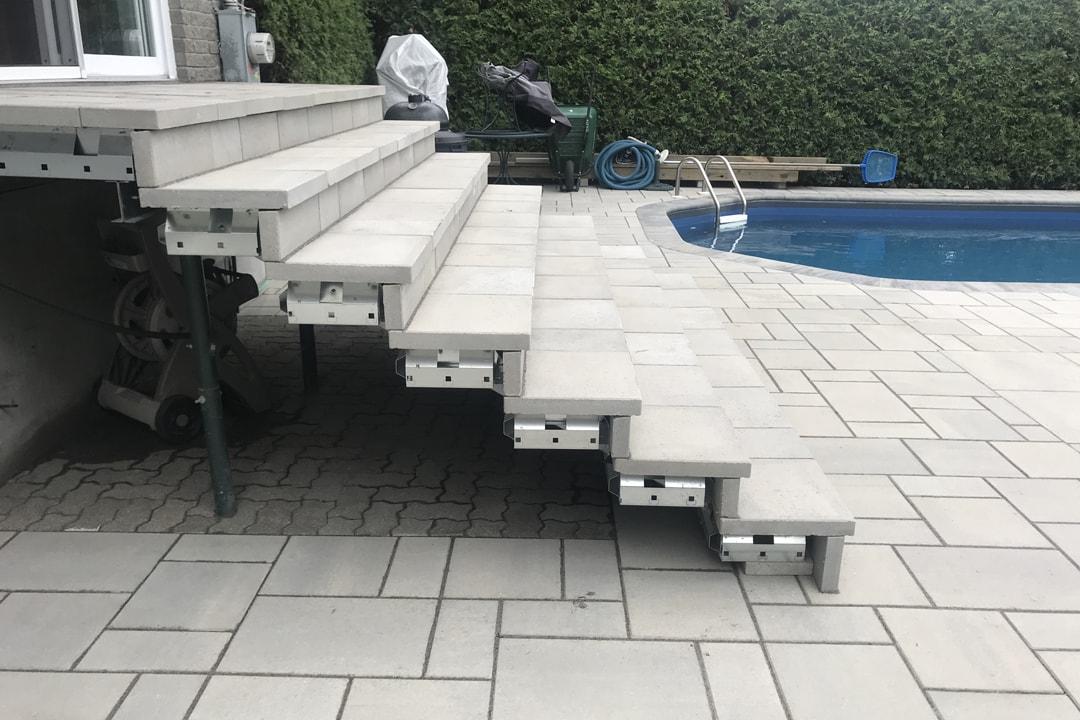 pavage-patio-escalier-piscine-creusee-maison