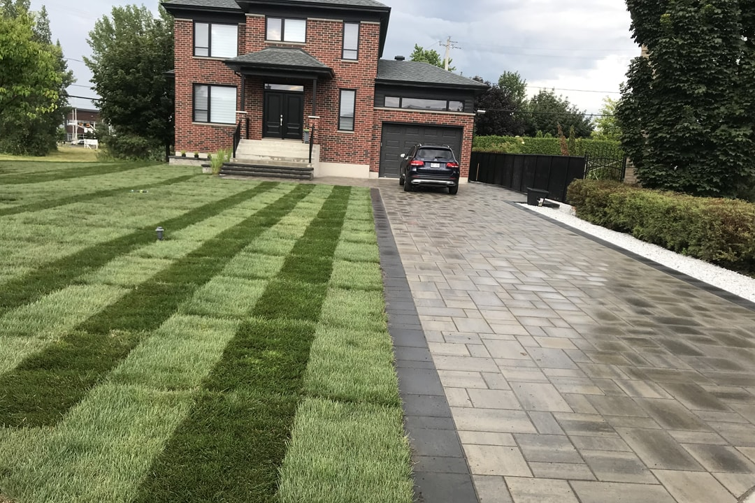 laying-of-grass-earth-house-unistone-entree-garage